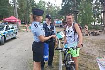 Policisté dohlížejí na bezpečnost návštěvníků Máchova jezera.