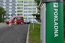 Českolipská nemocnice zavedla nový systém parkování v dopravou a odstavenými auty přetíženém areálu.