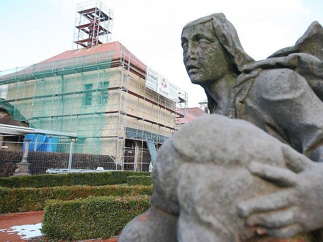 Kompletní rekonstrukce střechy Vlastivědného muzea a galerie v České Lípě je v plném proudu.