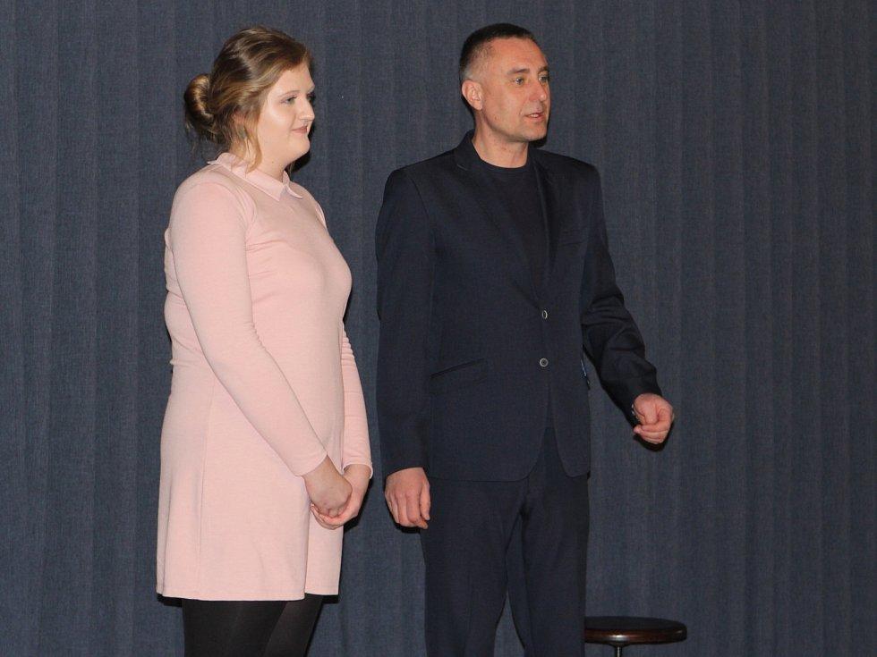 Držitelkou krajské Ceny Ď se stala studentka třetího ročníku českolipského gymnázia Barbora Sukovatá. Na snímku se zakladatelem ceny Richardem Langerem.
