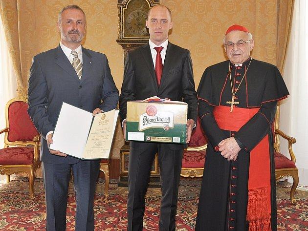Český velvyslanec ve Vatikánu Pavel Vošalík a Jan Šolta, manažer značky Pilsner Urquell, předali dar ve středu. Slavnostního předání daru se rovněž zúčastnil emeritní arcibiskup pražský kardinál Miloslav Vlk (vpravo).