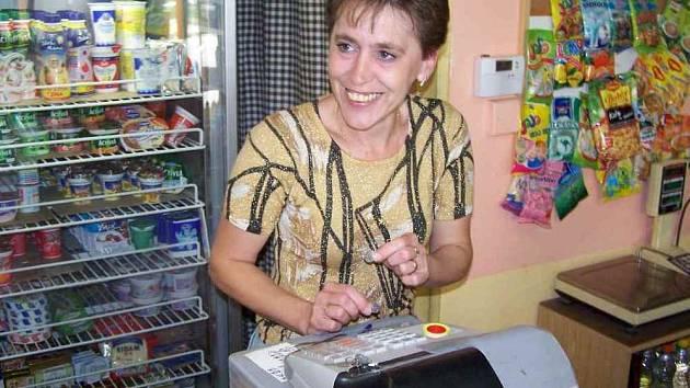 Irena Sotzová, pokladní z malého obchodu na Špičáku, míní, že padesátihaléře nebudou nikomu chybět. Lidé už ani nečekají na vrácení.