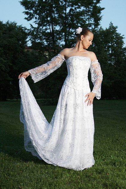 Pod značkou Debonaire se prodávají například nádherné dámské svatební ispolečenské šaty, tahounem značky jsou sukně a velkým hitem posledních týdnů jsou fitness sukně.