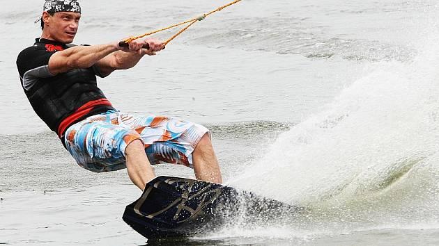 Sezonu vodního lyžování zahájili na hladině jezera ve Stráži pod Ralskem.