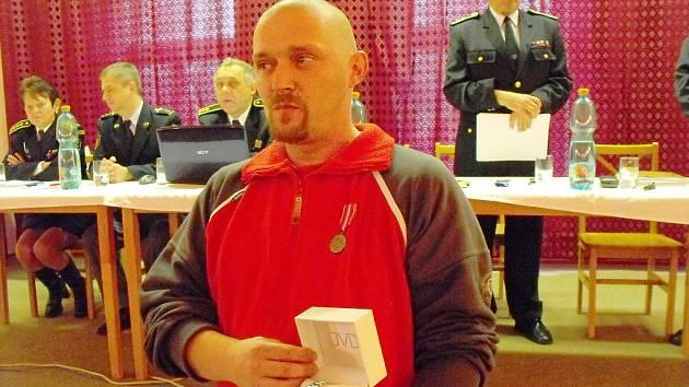 Dobrovolný hasič a strojník SDH Tuhaň Zdeněk Jančák převzal ocenění.