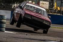 Při závodech pro amatéry na autodromu v Sosnové není nouze o napínavé okamžiky.