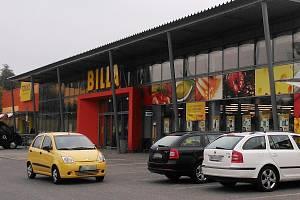 Žlutočervené barvy supermarketu Billa nově vládnou nákupnímu centru Paráda v Děčínské ulici v České Lípě.
