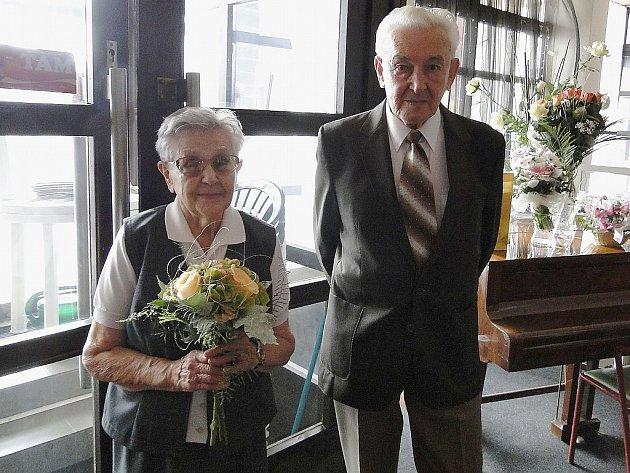 Marie a Jiří Schifferovi na oslavě svého společného jubilea v KD Crystal v České Lípě.