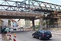 Provizorní most nad Moskevskou ulicí v České Lípě je už téměř hotový. Začíná další uzavírka.