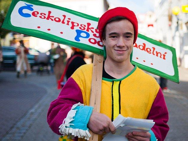 Ochotníci převlečení v pestrobarevných oblecích za zvuků bubnů a doprovodu vozu taženým koňmi ohlásili příchod Českolipského divadelního podzimu.