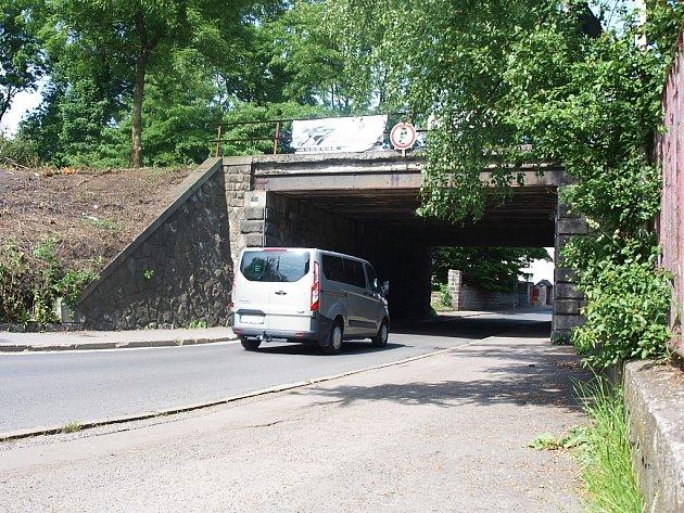 Opravy tratí omezí dopravu do Dubice.