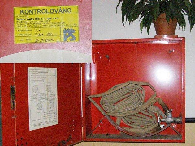 Kontroly hydrantů se mají provádět každý rok. Jak často je ale provádějí na sídlišti Sever, ukazuje štítek.
