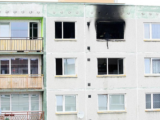 Dva lidské životy si vyžádal noční požár na sídlišti Špičák v České Lípě.