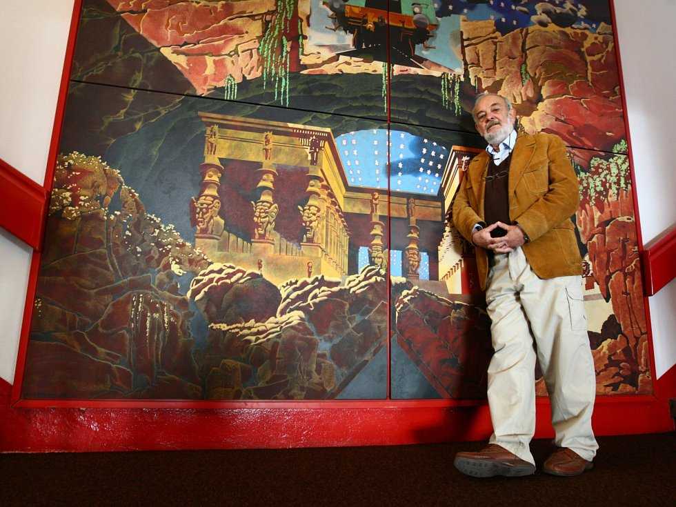 Nástěnný obraz malíře Jana Vančury zdobí interiér kina až od poloviny 80. let.