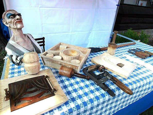 Na výstavě jsou k vidění dřevěné plastiky a sochy z řezbářských sympozií minulých let, které se konají vždy začátkem září v Památníku K. H. Máchy.