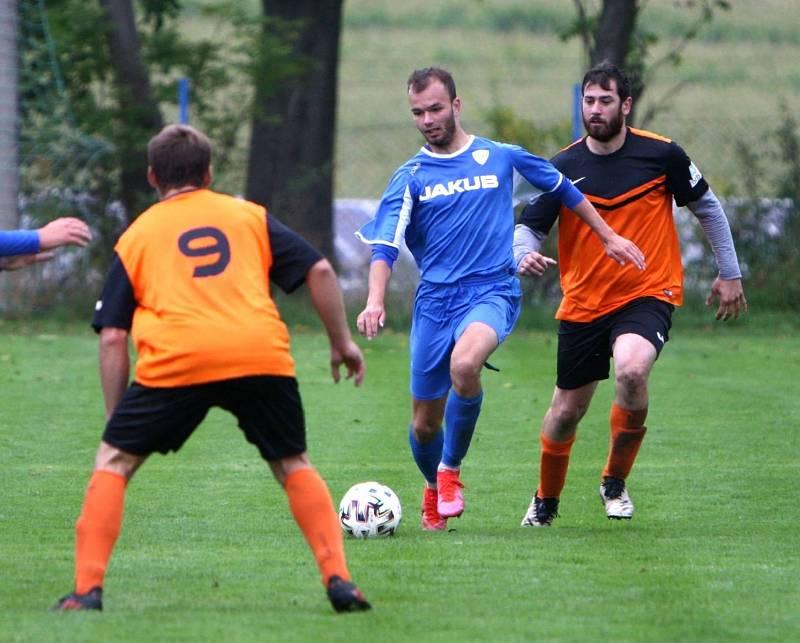 Skalice B (oranžové dresy) - Arsenal B 3:1. Ješeta proniká mezi Lidmilou a Danielem.
