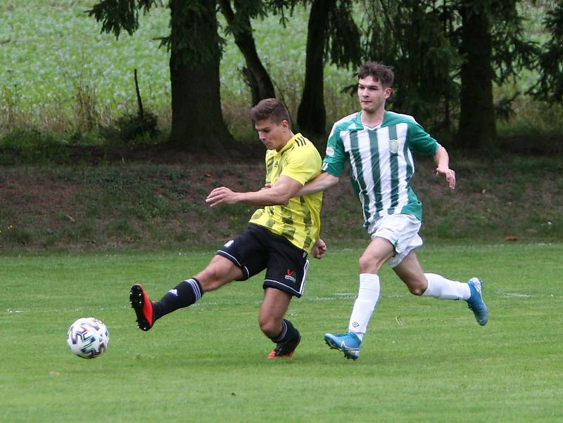 Kamenice (žlutá) - Rapid Liberec 4:2. Stummer bráněn při zakončení Musilem.