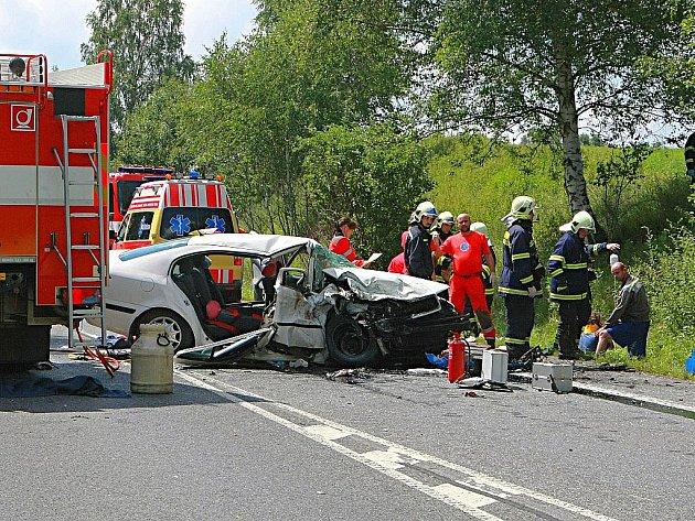 Čelní střet dvou osobních aut u Jablonného v Podještědí zablokoval dopravu na frekventované silnici I/13.