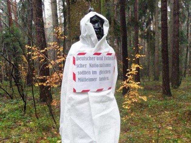 V lese u novoborského hřbitova se ve čtvrtek ráno objevilo osm maket lidských postav, které někdo připevnil na stromy v místech, kde jsou pochovány ostatky německých obyvatel, kteří byli popraveni v roce 1945 v Novém Boru.