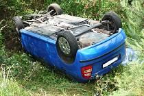 Vozidlo v úseku mezi Oborou a Bezdězem vyjelo na svodidlo a převrátilo se na střechu.