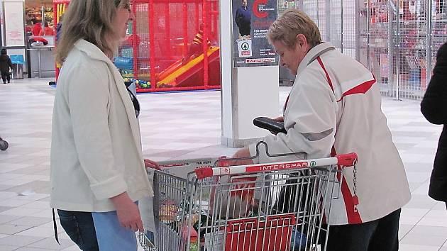 Do připravených nákupních vozíků přidávali lidé trvanlivé potraviny i dobroty pro děti.