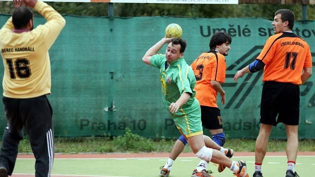 Problémem házenkářů Jiskry Mimoň v utkání s Handballem Liberec byla neúspěšná střelba. Na snímku proniká za soupeřovu obranu mimoňský Martin Zeman.