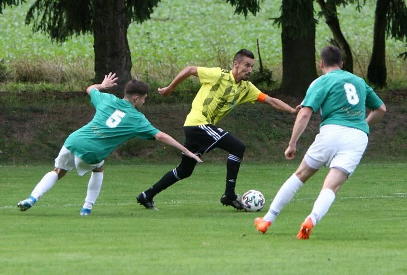 Kamenice (žlutá) - Rapid Liberec 4:2. Musil s Vimmerem se snaží zastavit pronikajícího Vaška Serdela.
