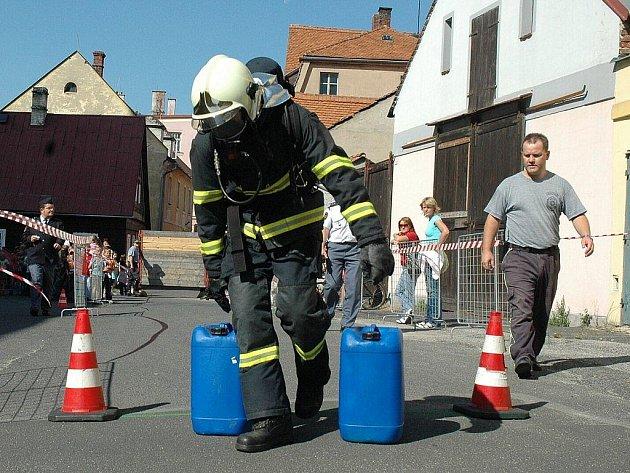 Profesionální hasiči z celého Libereckého kraje zdolávali trať s řadou překážek, to vše v plné výstroji a s dýchacím přístrojem. Vyhrává každý, kdo dokáže projít až do cíle. Ten byl letos na vrcholu vyhlídkové věže v Jablonném, která je vysoká 34 metrů.