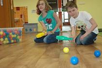 Hra s pestrobarevnými kuželkami, při které si děti mezi sebou posílají míčky, je jedním z největších hitů ve školní družině. Vymysleli si ji sami žáci, kterých tam denně chodí zhruba 30.