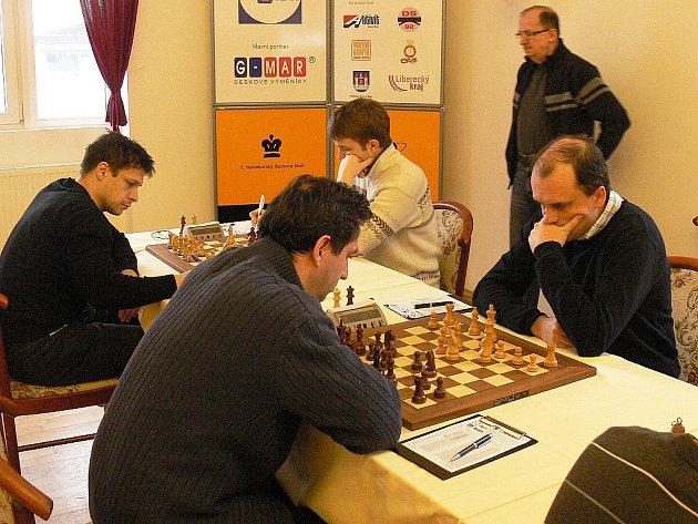 Lysá nad Labem dokázala Novému Boru vzít body za remízu 4:4. Na prvních deskách se střetli domácí Hráček (vpravo) proti Rogozencovi a domácí Vitiugov (vzadu vpravo) proti Yemelinovi.