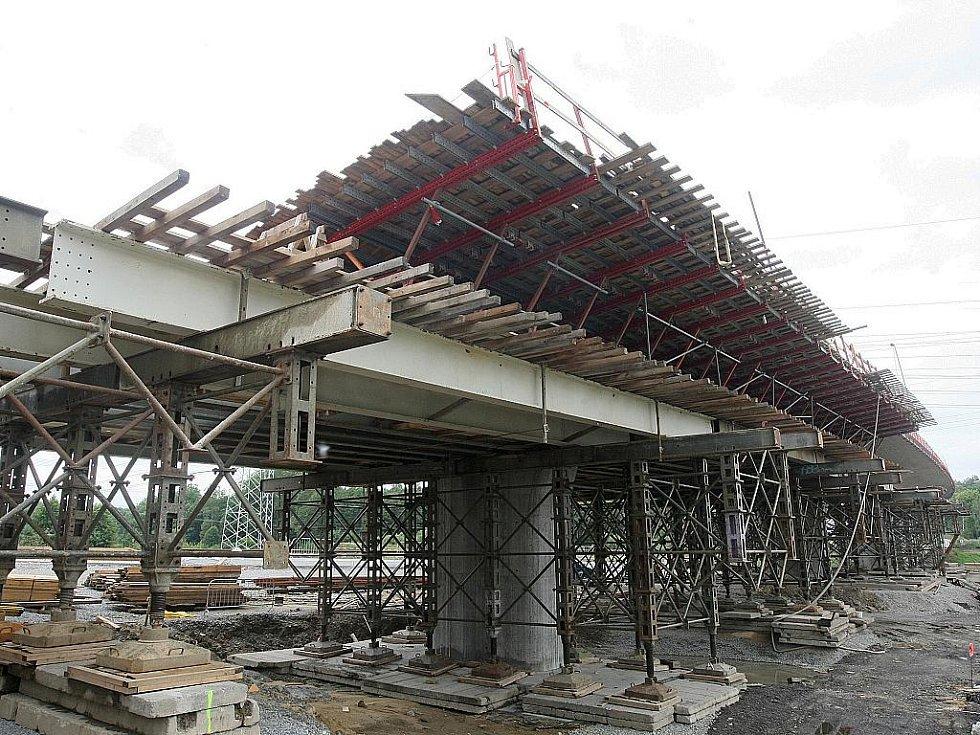 DŮLEŽITÝ OBCHVAT silnice u České Lípy v Sosnové zůstane nedokončený, ačkoli k dokončení mostu chybí doslova několik metrů.