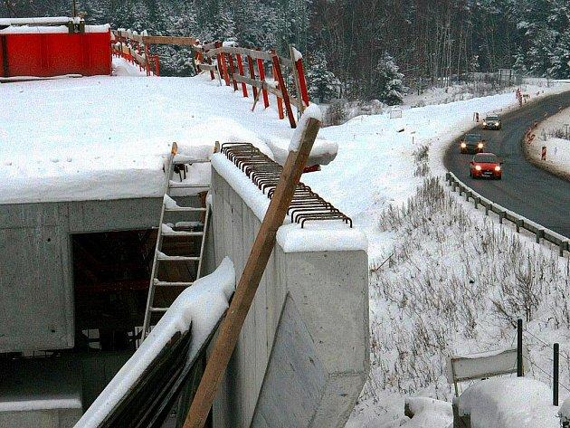 Práce na mimoúrovňové křižovatce v Sosnové pokračují, i když v úterý dělníci přítomní nebyli. S dokončením se počítá v polovině nadcházejícího roku.