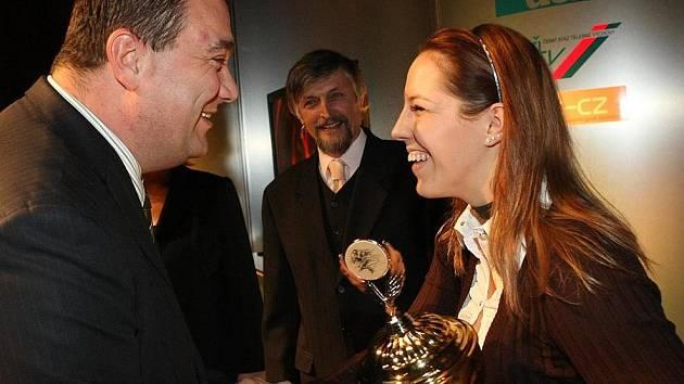 Cenu pro nejlepšího sportovce Českolipska převzala z rukou místostarosty Č. Lípy Jana Stejskala plavkyně Petra Chocová.