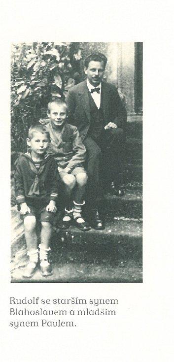 """Z knihy Miloše Formana """"Co já vím?"""". Rudolf se starším synem Blahoslavem a mladším synem Pavlem."""