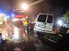 ŘÍJEN 2015. Srážka dvou automobilu u Stružnice skončila tragicky. Řidička jednoho z vozů na místě podlehla svým zraněním.