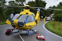 Záchranářský vrtulník přistával dvakrát během víkendu v zatáčce na výjezdu ze Zahrádek na Doksy.