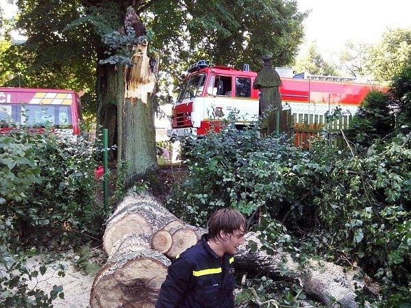 Hasiči vZákupech měli ve středu plné ruce práce. Noční bouřka tu utrhla střechu urestaurace na místním koupališti a poslala kzemi tři stromy.
