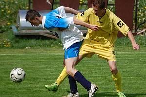 Domácí dorostenci Košťálova prohráli s Českou Lípou 0:3. Na snímku bojují domácí Jakub Sádek (vlevo) a českolipský Tomáš Třešňák.