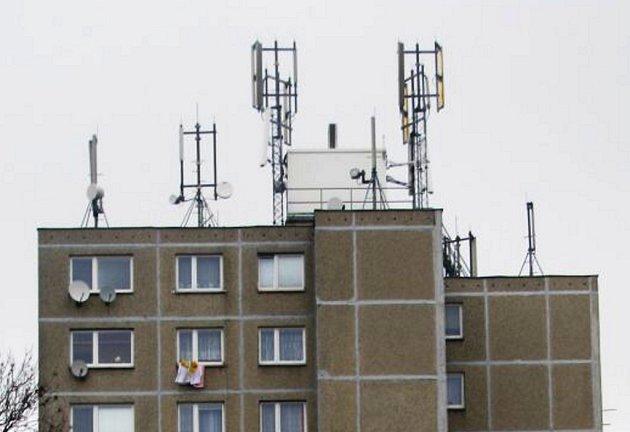 Všechny tři domy mají společného jmenovatele. Antény na stechách.
