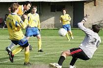 Hráči Bukovan získali tři body za jednobrankovou výhru na hřišti Loko Česká Lípa. Prýl mezi obránci Janošcem a Diartem překonává gólmana Kubínka a upravuje na konečných 0:1.