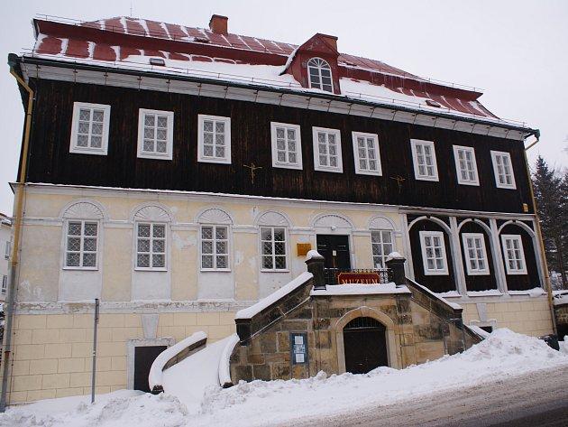 35 milionů korun by měla stát rekonstrukce budovy muzea v Kamenickém Šenově.