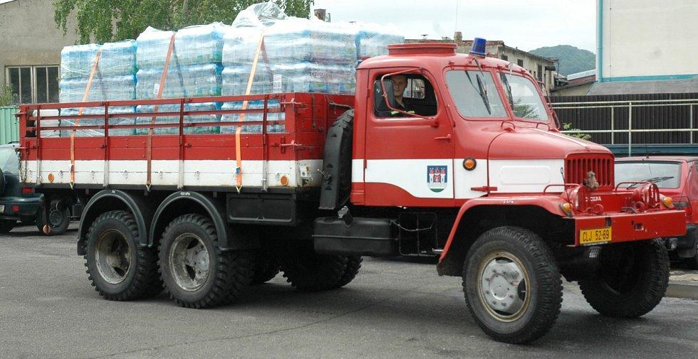 Novoborští dobrovolní hasiči na své náklady odvezli v úterý kromě jiného plnou tatrovku vod do sousedního Děčínska.