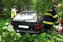 Vážná nehoda se stala v pondělí dopoledne v Pihelu. Řidič felicie narazil se svým vozem do stromu.