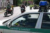 V obci Zakšín postavili policisté napříč vozovkou jeden ze svých vozů. Tím ale bránili pouze automobilům, aby zkřížili cestu koloně motorkářů. Motorkáři, kteří se chtěli odklonit od povolené trasy, s objetím policejního vozu neměli žádný problém.