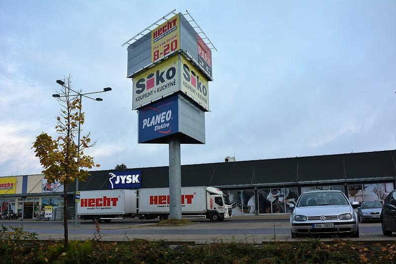 Účelová komunikace mezi nákupními centry v České Lípě bude znovu od 7. října zablokována pro auta i chodce.