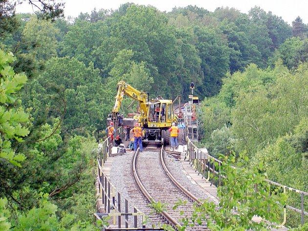 Od konce května je na železniční trati 087 v úseku mezi Českou Lípou a Blíževedly výluka, která potrvá až do poloviny srpna. Důvodem je výměna železničního mostu v Zahrádkách.