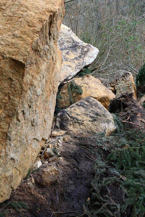 Letošní výlet za koberci rozkvetlých bledulí komplikuje návštěvníkům Pekla spadlá skála, kvůli které je naučná stezka dočasně neprůchodná.