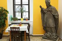 Kamenní patroni zákupského panství našli příjemný azyl na podatelně Městského úřadu v Zákupech.