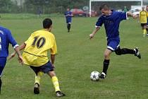Jeden ze dvou gólů strílel Los (vpravo)