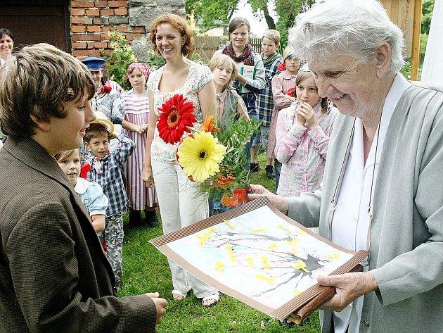 Zahradní slavností si bývalí i současní žáci a učitelé připomněli 130 let fungování školy v objektu fary v obci Okna.
